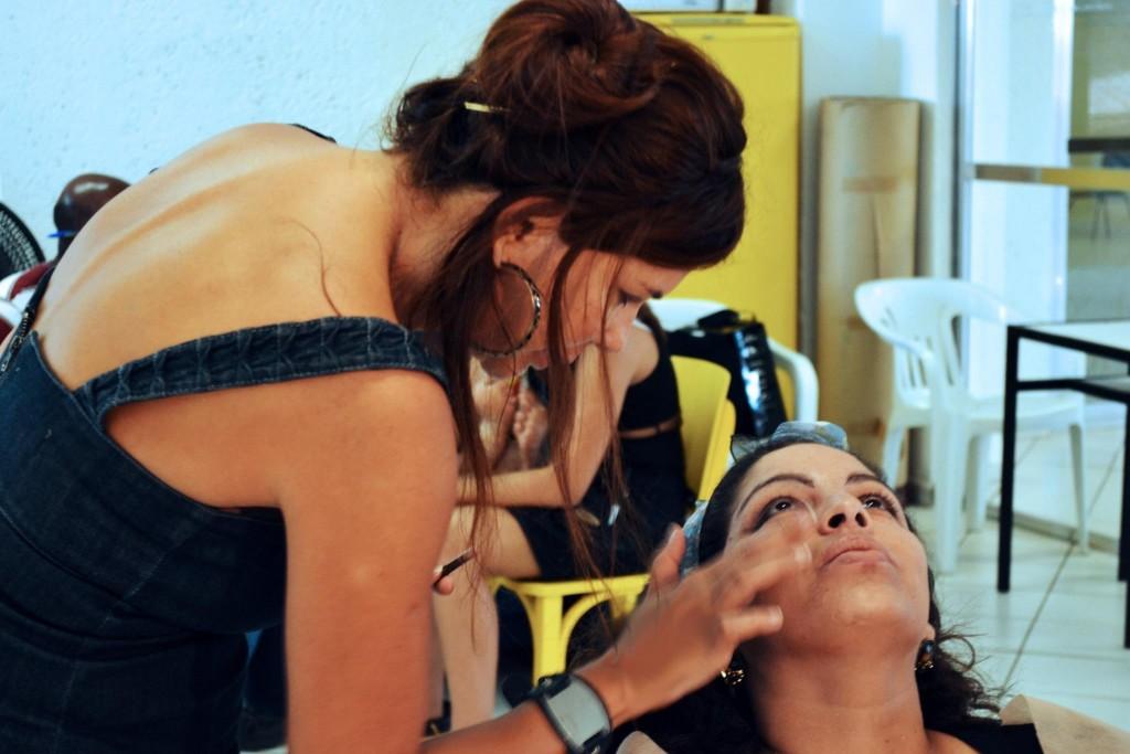 """Hare Cristina, protagonista de """"Uma Nova Atração"""", maquiando a atriz Anick Lorena (Crédito da foto: Fernando Cunha Jr)"""
