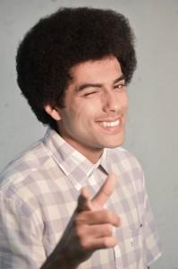 """Edgar Siqueira como Peter Toni, o apresentador do programa que acontece dentro da web novela """"Uma Nova Atração"""" (Crédito: Noelia Albuquerque)"""
