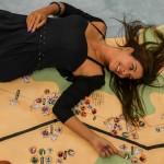 A quebradeira Cristina Hare em foto de Noelia Albuqueque, sobre o mapa construído pelos quebradeiros, localizando pontos culturais na cidade do Rio de Janeiro - uma das ações do projeto Cartografia Afetiva-Garrafas ao Mar