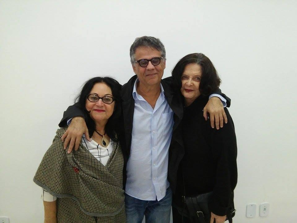 As coordenadoras gerais da UQ, Numa Ciro e Heloísa Buarque de Hollanda, e entre elas, o diretor Bebeto Abrantes (Crédito: Pedro Diego Rocha)