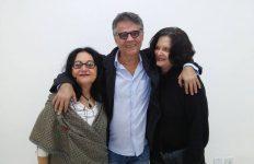 As coordenadoras gerais da UQ, Numa Ciro e Heloísa Buarque de Hollanda, e entre elas, o diretor Bebeto Abranches (Crédito: Pedro Diego Rocha)